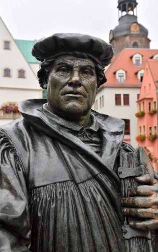 luther-statute-with-bible