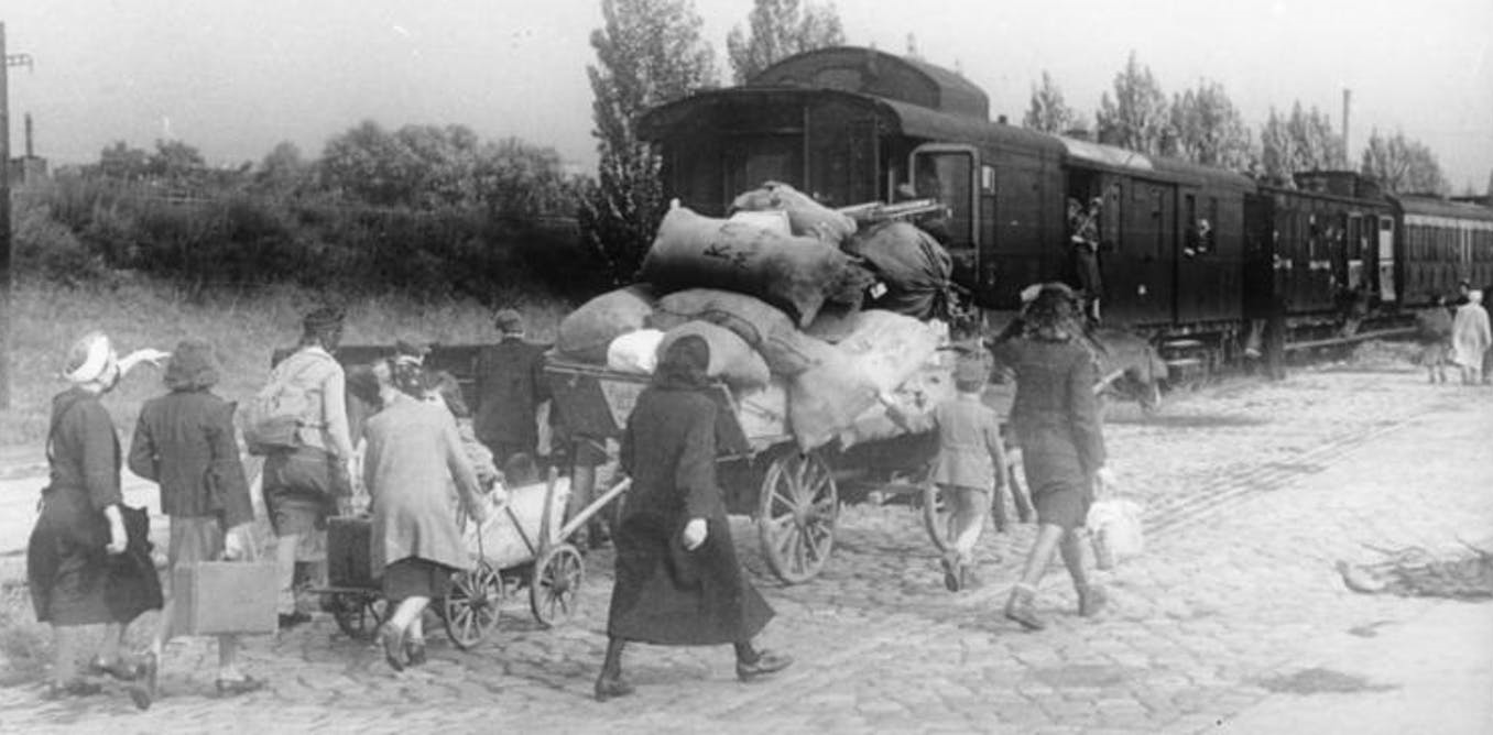 WWII-refugees-at-train